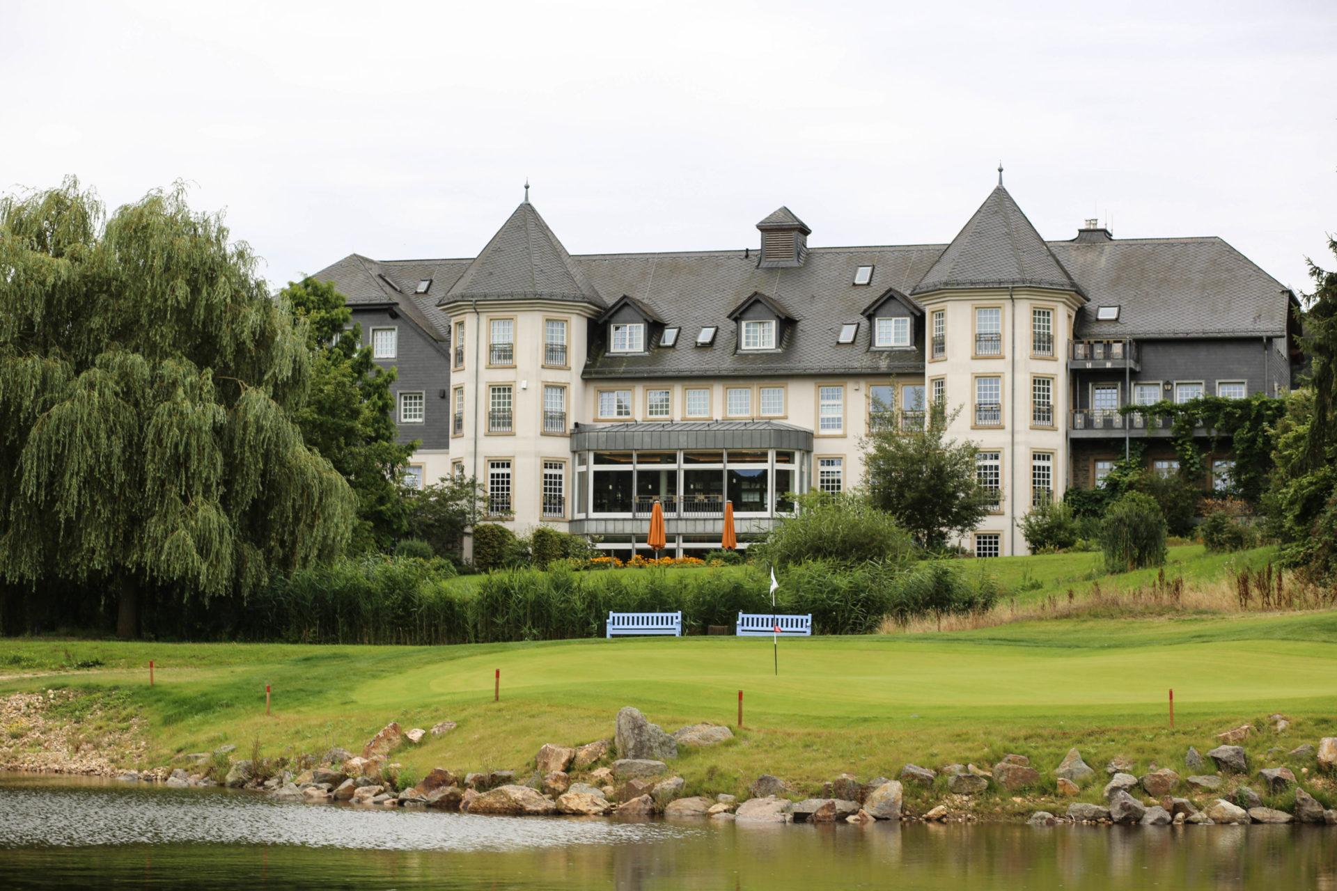 Hotel Hofgut Georgenthal Golf Restaurant Spa Auszeit Taunus Wiesbaden Kurzurlaub Limes Museum Tagung Hochzeit Golf Golfplatz Golfkurs Runde Loch Bahn Bunker Grün Hotel Hofgut Georgenthal