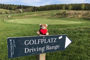 Ein Wegweiser zur Driving Range auf dem Golfplatz bei Wiesbaden GC Georgenthal