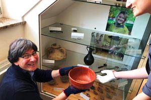 Mitarbeiter des Römerkastell Saalburg mit Ausstellungsstücken in der Händen