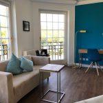 Der lichtdurchflutete Wohnbereich der eleganten De Luxe Zimmer im Hotel Hofgut Georgenthal