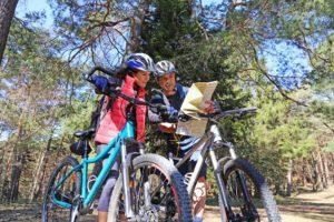 Zwei Personen bei einer Fahrradtour in der idyllischen Natur des Taunus