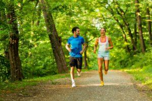 Mann und Frau beim Joggen in der idyllischen Natur des Taunus