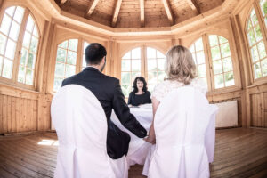 Eine Trauung in der Hochzeitslocation bei Wiesbaden Hofgut Georgenthal