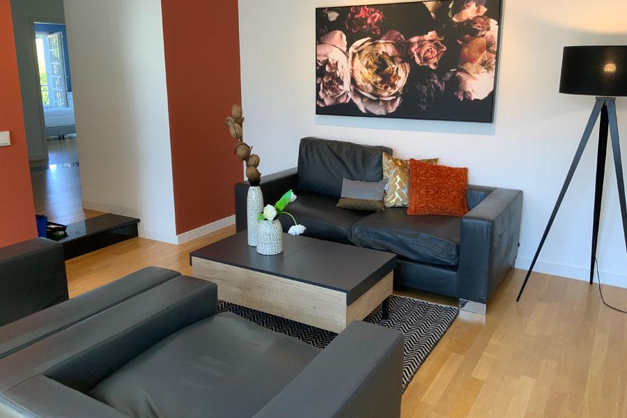 Einblick in den hellen, gemütlichen Wohnbereich im Apartment im Hofgut Georgenthal