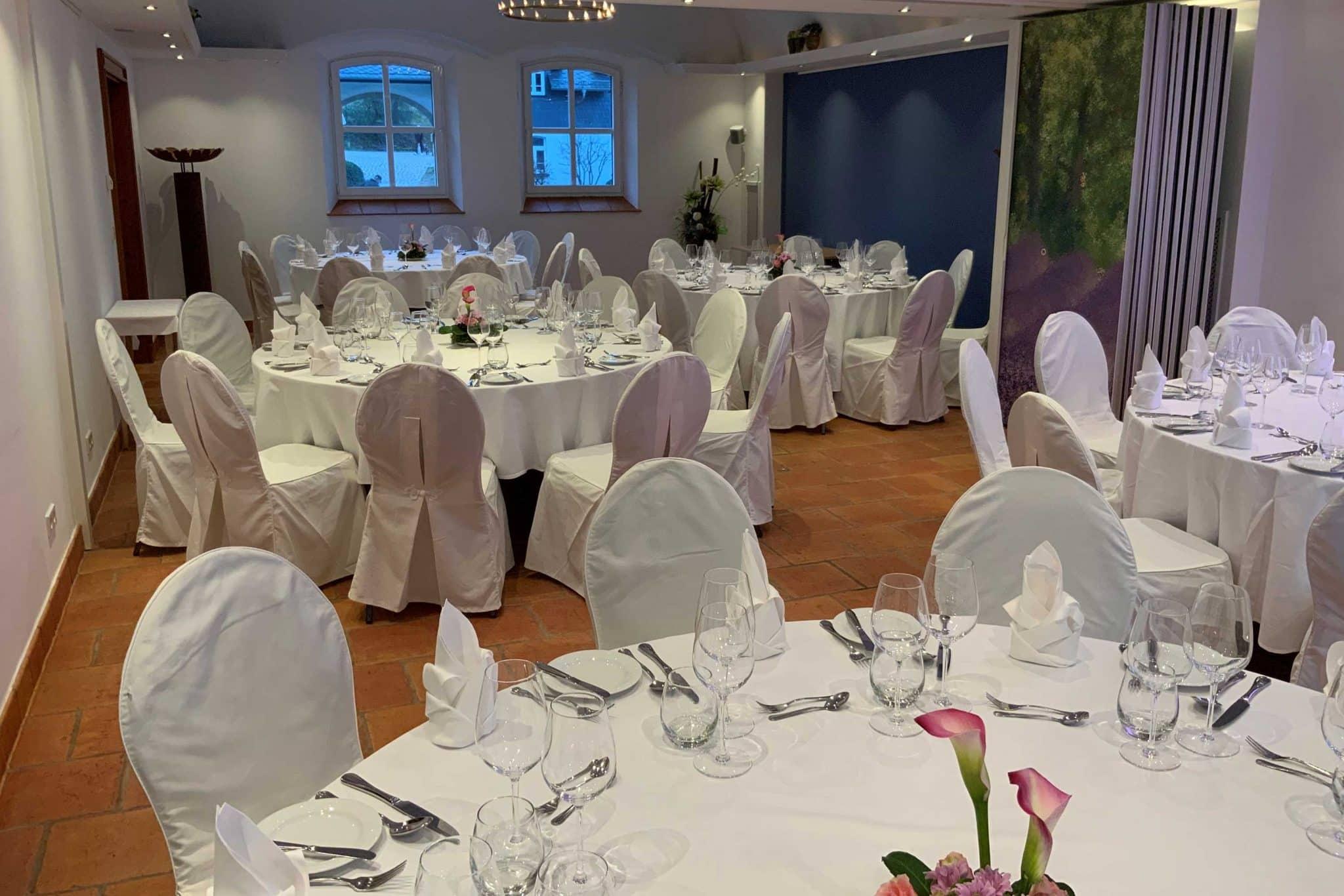 Einblick in die festlich dekorierte Hochzeitslocation in Wiesbaden Hofgut Georgenthal
